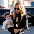 Rachel Zoe et son fils Skyler, en promenade dans les rues de Beverly Hills. Le 16 novembre 2011.