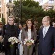 La princesse Charlene de Monaco, accompagnant son mari le prince Albert et la princesse Stéphanie, vivait le 17 novembre 2011 sa première distribution de sacs alimentaires dans les locaux de la Croix Rouge monégasque.