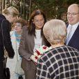 La princesse Charlene de Monaco vivait le 17 novembre 2011 sa première distribution de sacs alimentaires dans les locaux de la Croix Rouge monégasque.