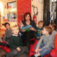 Marlène Jobert pose en compagnie d'enfants à la librairie  Le Carré d'Encre , à Paris, le samedi 26 novembre 2011.