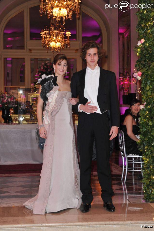 Oriane Piccard et Victor Belmondo lors du Bal des débutantes à Paris le 26 novembre 2011