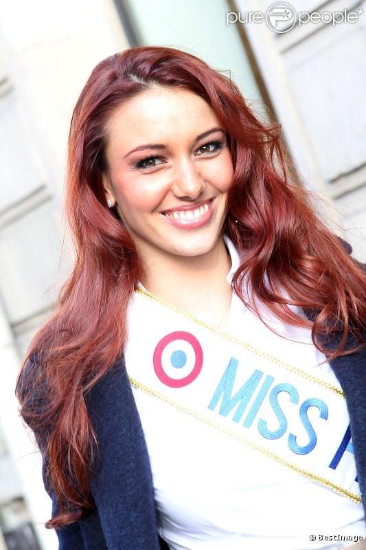 Delphine Wespiser : Miss France 2012, sublime, lorsqu'elle arrive dans les locaux d'Europe 1 le lundi 5 décembre 2011