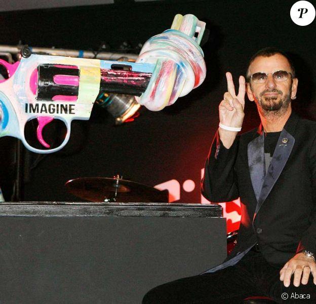 Ringo Starr inaugure sa version du célèbre Knotted Gun en hommage à John Lennon, assassiné il y a 31 ans, à Londres, le 8 décembre 2011.