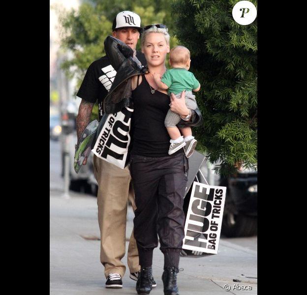 Pink, son mari Carey Hart et la petite Willow le 9 décembre 2011 à Los Angeles