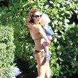 Sublime, Lily la femme de Boris Becker porte leur fils Amadeus, à Miami le 21 décembre 2011