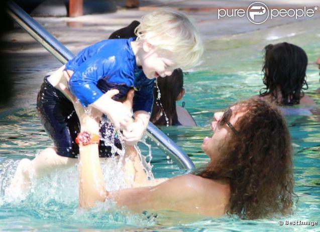 Lily, la femme de Boris Becker, s'amuse avec leur fils Amadeus dans une piscine à Miami, le 21 décembre 2011