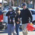La chanteuse Pink, son mari Carey Hart et leur fille Willow sortent d'un café à Malibu. Le 23 décembre 2011.