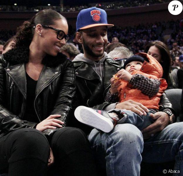 Alicia Keys, son mari Swizz Beatz et leur fils Egypt lors d'un match de basket au Madison Square Garden àNew York le 25 décembre 2011