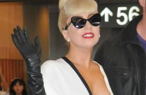 Lady Gaga, stylée et très décolletée, sourit face aux accusations d'esclavagisme
