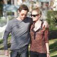 Kate Bosworth et son petit ami Michael Polish sont inséparables lorsqu'ils sortent de la boutique Burton à Los Angeles, se promènent dans les rues ensoleillées avant d'aller déjeuner au restaurant Le Village idiot le 28 décembre 2011