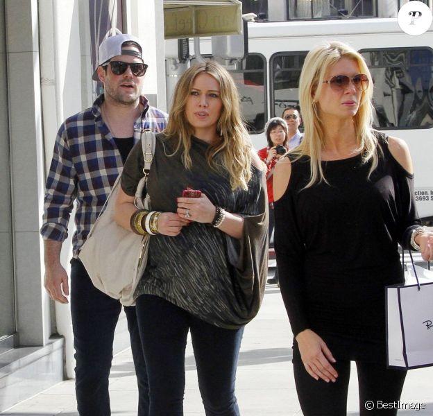 Hilary Duff enceinte, se promène avec son mari Mike Comrie, à Los Angeles le 29 décembre 2011
