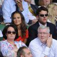 Pippa Middleton avec son boyfriend (à l'époque) Alex Loudon le 29 juin 2011, devant Tsonga-Federer.   En 2011, il n'y a pas que la vie de Kate Middleton qui a changé : celle de sa soeur Pippa Middleton aussi.