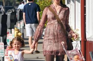 Alyson Hannigan, enceinte, regarde sa fille jouer à la maman