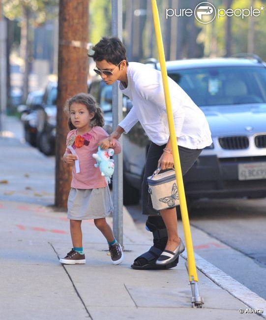 Halle Berry dépose sa petite Nahla à peine réveillée à l'école le 6 janvier 2012 à Los Angeles