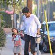 Halle Berry, attelle à la jambe dépose sa petite Nahla encore endormie à l'école le 6 janvier 2012 à Los Angeles