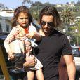 La petite Nahla est bien contente de retrouver les bras de son papa après l'école le vendredi 6 janvier 2012 à Los Angeles