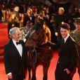 Le réalisateur Steven Spielberg, le cheval Joey et l'acteur Jeremy Irvine lors de l'avant-première du film Cheval de Guerre à Londres le 8 janvier 2012