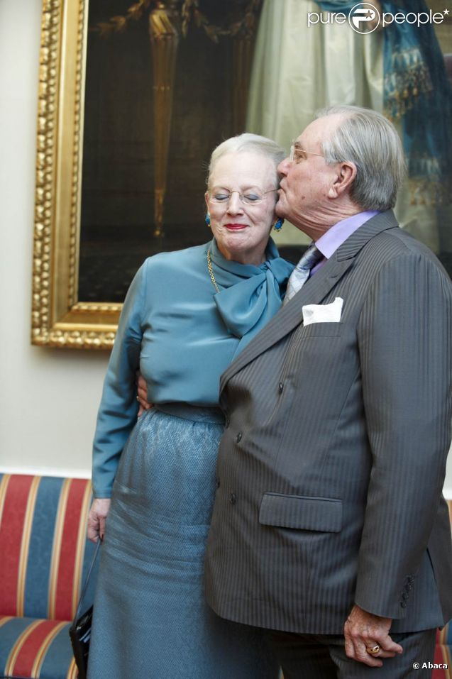 La reine Margrethe II de Danemark et son mari le prince consort Henrik lors d'une séance photo précédant la conférence de presse de la monarque à l'occasion du jubilé de ses 40 ans de règne, au palais d'Amalienborg (Copenhague), le 10 janvier 2012.