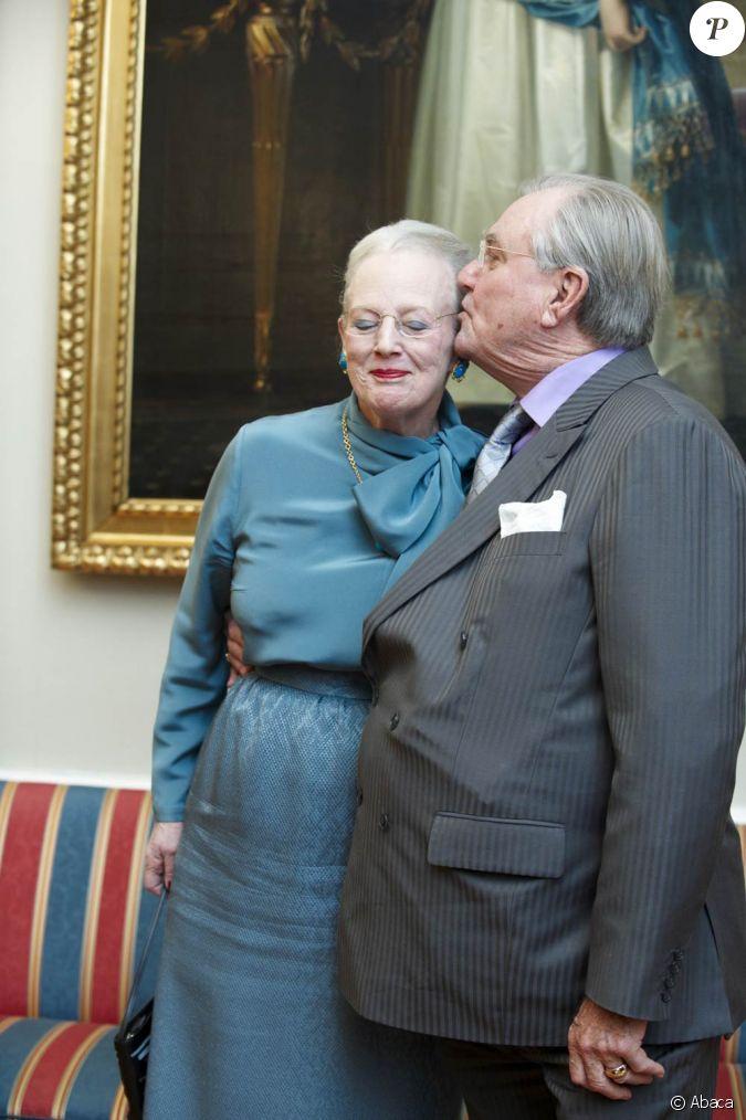 la reine margrethe ii de danemark et son mari le prince consort henrik lors d 39 une s ance photo. Black Bedroom Furniture Sets. Home Design Ideas