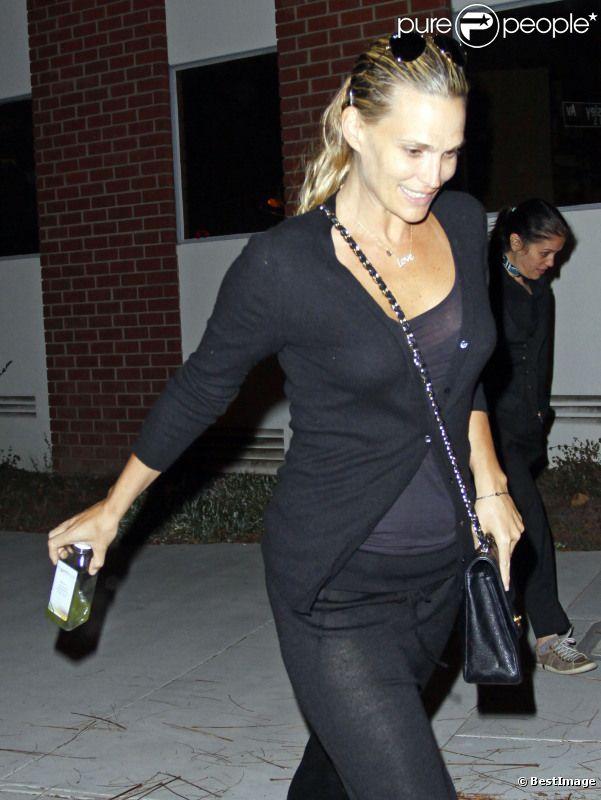 Molly Sims, enceinte depuis peu, a été surprise à Los Angeles au cours d'une balade nocturne, le 11 janvier 2012.