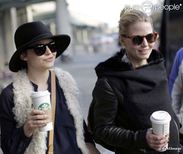 Ginnifer Goodwin et Jennifer Morrison arrivent à l'aéroport de Vancouver le 12 janvier 2012.