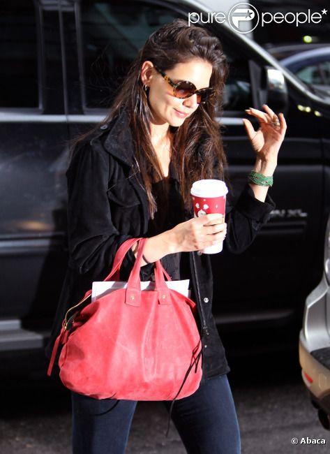 Katie Holmes sort de chez elle à New York un café à la main, le 13 janvier 2012