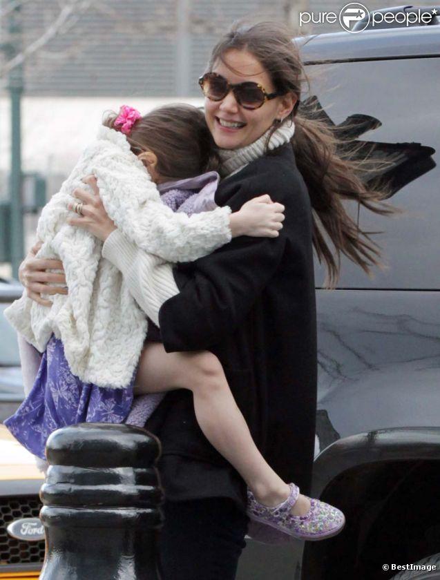 Katie Holmes obligée de porter sa fille ne semble pas s'en plaindre, à New York, le 13 janvier 2011.