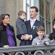 Le prince Joachim et la princesse Marie, bientôt au terme de sa grossesse, au balcon d'Amalienborg avec leur petit prince Henrik et les princes Nikolai et Felix.   Grand moment des célébrations du jubilé de la reine Margrethe II de Danemark : l'apparition au balcon d'Amalienborg, le midi du dimanche 15 janvier 2012, acclamée par près de 10 000 Danois.