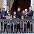 L'avenir de la monarchie danoise au balcon d'Amalienborg : le prince Joachim et la princesse Marie enceinte avec leurs petits Henrik, Felix et Nikolai, et le prince Frederik et la princesse Mary avec leur quatre enfants, Christian, Isabella et les jumeaux de un an Vincent et Josephine. Du monde au balcon.   Grand moment des célébrations du jubilé de la reine Margrethe II de Danemark : l'apparition au balcon d'Amalienborg, le midi du dimanche 15 janvier 2012, acclamée par près de 10 000 Danois.