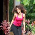 Rihanna s'offre un moment de détente et fume une cigarette roulée des plus suspicieuses durant ses vacances à Hawaï le 15 janvier 2012