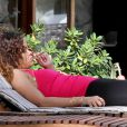 Rihanna, plongée dans ses pensées lorsqu'elle fume une cigarette roulée des plus suspicieuses durant ses vacances à Hawaï le 15 janvier 2012