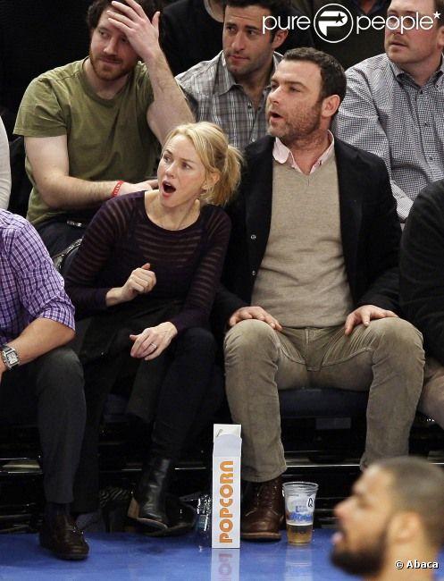 Naomi Watts et Liev Schreiber à New York lors d'un match de basket-ball opposant les New York Knicks aux Denver Nuggets le 21 janvier 2012