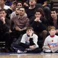 Ed Westwick, Nick et Joe Jonas à New York lors d'un match de basket-ball opposant les New York Knicks aux Denver Nuggets le 21 janvier 2012
