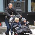 Naomi Watts et ses enfants Sasha et Samuel à New York en promenade le 22 janvier 2012