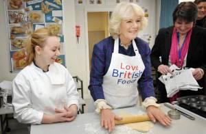 Camilla Parker Bowles, en cuisine, met la main à la pâte pour Elizabeth II