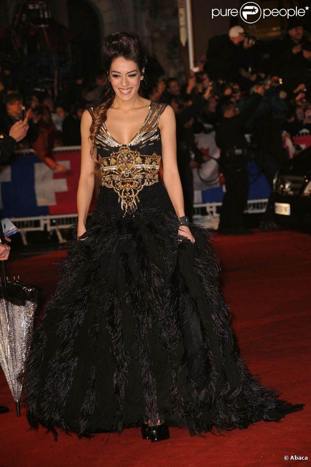 Sofia Essaïdi sur le tapis rouge des 13e NRJ Music Awards, le 28 janvier 2012 à Cannes. Malgré une météo peu clémente et quelques gouttes, les invitées de l'événement ont offert un spectaculaire défilé.