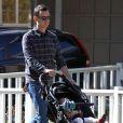 Colin Hanks et sa fille Olivia se promènent à Los Angeles le 1er février 2012