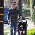 La mignonne Olivia poussée par son papa Colin Hanks à Los Angeles le 1er février 2012