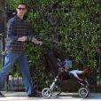 Le fils de Tom Hanks, Colin Hanks se promène avec sa fille Olivia et ses chiens à Los Angeles le 1er février 2012