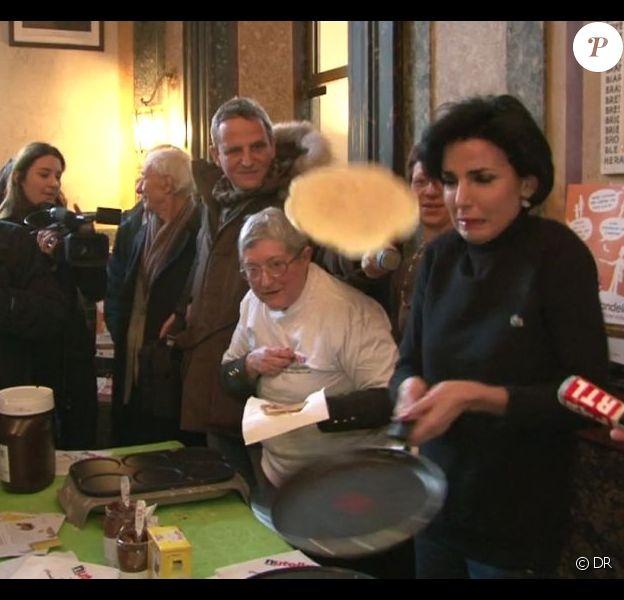 Rachida Dati, spécialiste du retourné de crêpes, avec l'association Voisins Solidaires à Paris, le 2 février 2012.