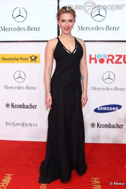Scarlett Johansson, portant une robe Calvin Klein, lors des Golden Cameras Awards à Berlin le 4 février 2012