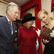 Charles et Camilla blagueurs avec Gillian Anderson, recueillis avec R. Fiennes