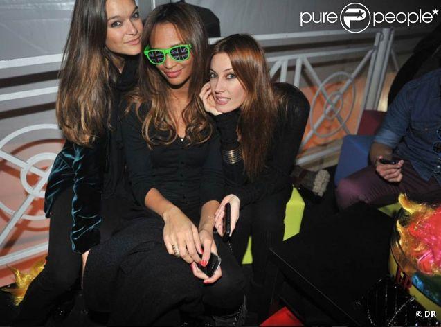 Mareva Galanter en bonne compagnie lors de la folle nuit de l'éphémère Crazy Club de J&B, au coeur du Jardin des Tuileries, à Paris, le 8 février 2012. Après la Chromatic Night en 2010 et l'Excentric Night en 2011, la marque de whisky organisait une Crazy Night pleine de couleurs.