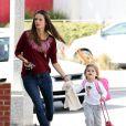Alessandra Ambrosio et son adorable Anja se rendent à l'école à Santa Monica à Los Angeles le 17 février 2012