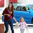 Alessandra Ambrosio semble être en retard alors qu'elle dépose sa fille Anja à l'école à Santa Monica à Los Angeles le 17 février 2012