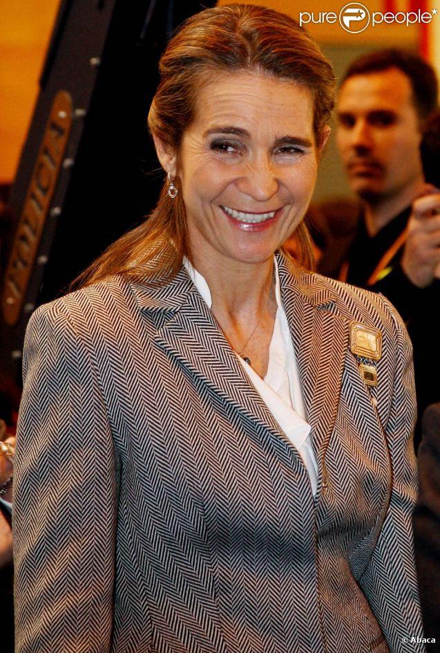 Souriante et détendue, l'infante Elena d'Espagne inaugurait le mercredi 22 février 2012 la 20e édition de Aula, Salon international de l'étudiant et de l'offre éducative.