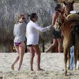 Lea Michel profite des vacances avec un amie sur une plage du Mexique. Février 2012