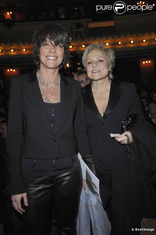 Muriel Robin et sa compagne Anne Le Nen lors de la générale de la pièce Harold et Maude au Théâtre Antoine dans le Xe arrondissement de Paris le 5 mars 2012