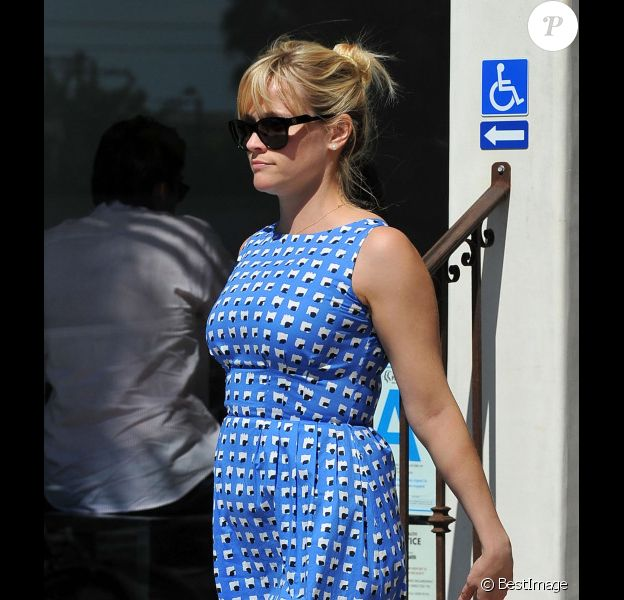 Reese Witherspoon affiche quelques rondeurs aux côtés de son mari Jim Toth et ses enfants Ava et Deacon à la sortie d'une église de Santa Monica à Los Angeles le 4 mars 2012