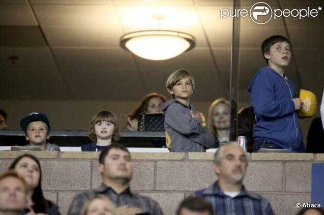 Brooklyn, Romeo et Cruz très enthousiastes durant l'hymne national le 10 mars 2012 au Home Depot de Carson City à côté de Los Angeles lors du match de leur père David Beckham face au Real Salt Lake City (1-3)